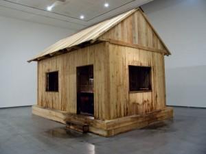 """""""Sans titre (Le Refuge)"""", 2007, bois, meuble, pompe, eau,550x40cm"""