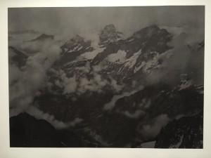 Dove Allouche, 3440m (l'Olan et les Rouies du Sirac),2009, Mine graphite et encre sur papier, 69,5x98cm, MNAM, Centre Pompidou, Paris. D'après héliogravure in Haute Montagne de Pierre Dalloz