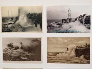 """Suzan Hiller, """"On the edge"""", 2015, 15 panneaux composées de 482 cartes postales et de document, 77,5x107,5 cm chaque panneau, Lisson Gallery, Londres. Détail d'un panneau"""