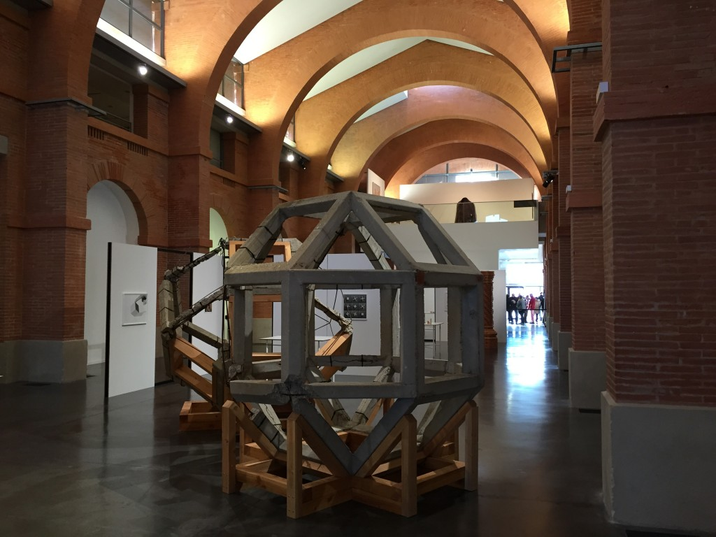 Vue de l'exposition. au premier plan : Raphaël Zarka, Les récifs, 2013,béton, bois, chacun 332x136x73 cm