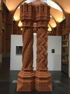 Raphaël Zarka, Second cénotaphe d'Archimède,2012,brique de terre cuite et médium teinté,382x136x67 cm