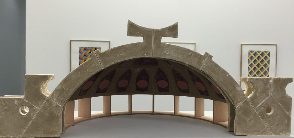 Earthwork, maquette d'une architecture d'Arcosanti, 2015,plâtre moulé sur limon, contreplaqué, brique, fermacell. Au mur, Raphaël Zarka, Monte Oliveto