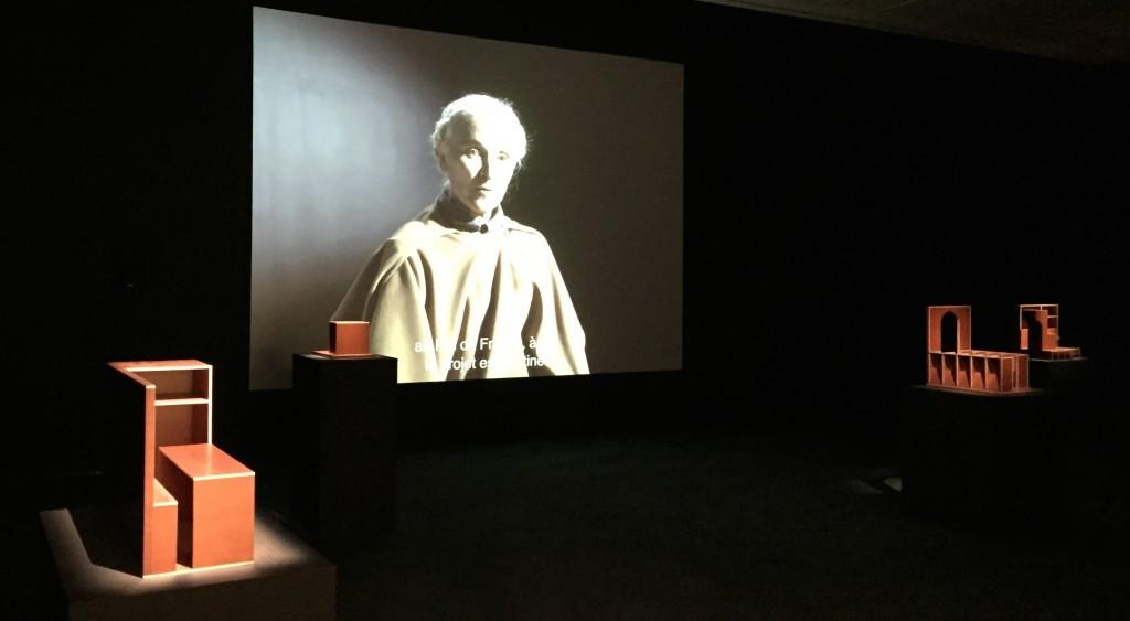 Vue de l'exposition. maquettes de Raphaël Zarka, projection fu film d'Aurélien Froment
