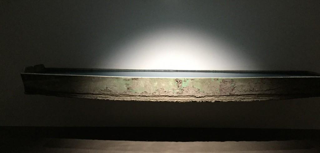 Barque en bois transformée, 410x110x40 cm, espace Muraille.