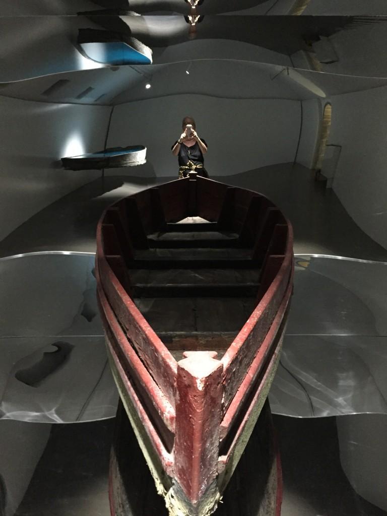 Barque. Barque en bois transformée, miroir, niche 500x320x220, vue de l'installation à l'Espace Muraille, 2017