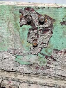 Barque.Barque en bois transformée, vue de l'installation à l'Espace Muraille, détail.