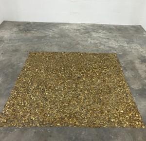 Tapis de copeaux de cupro-aluminium, vue de l'installation dans la galerie Laurent Godin, 2017