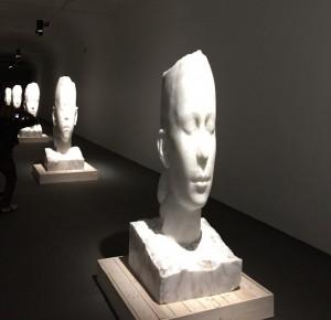 Lou, Olivia, Duna,SannaII,LauraIII, Albâtre, 2015, chaque: 164x64x67 cm, La manica lunga,Officina dell'Arte Spirituale, Venise.